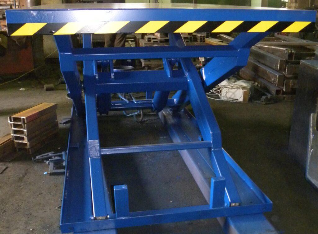 Проверка работы гидроцилиндров подъемного стола в цеху производства