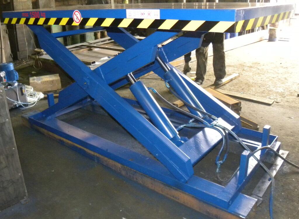 Готовый и собранный подъемный стол. Проводятся испытания работы всех механизмов.