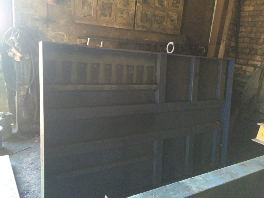 Столешница подъемного стола в цеху.Готова к покраске и сборке