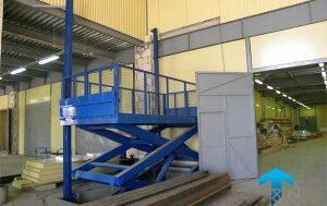 Гидравлический подъемный стол в производственном помещении