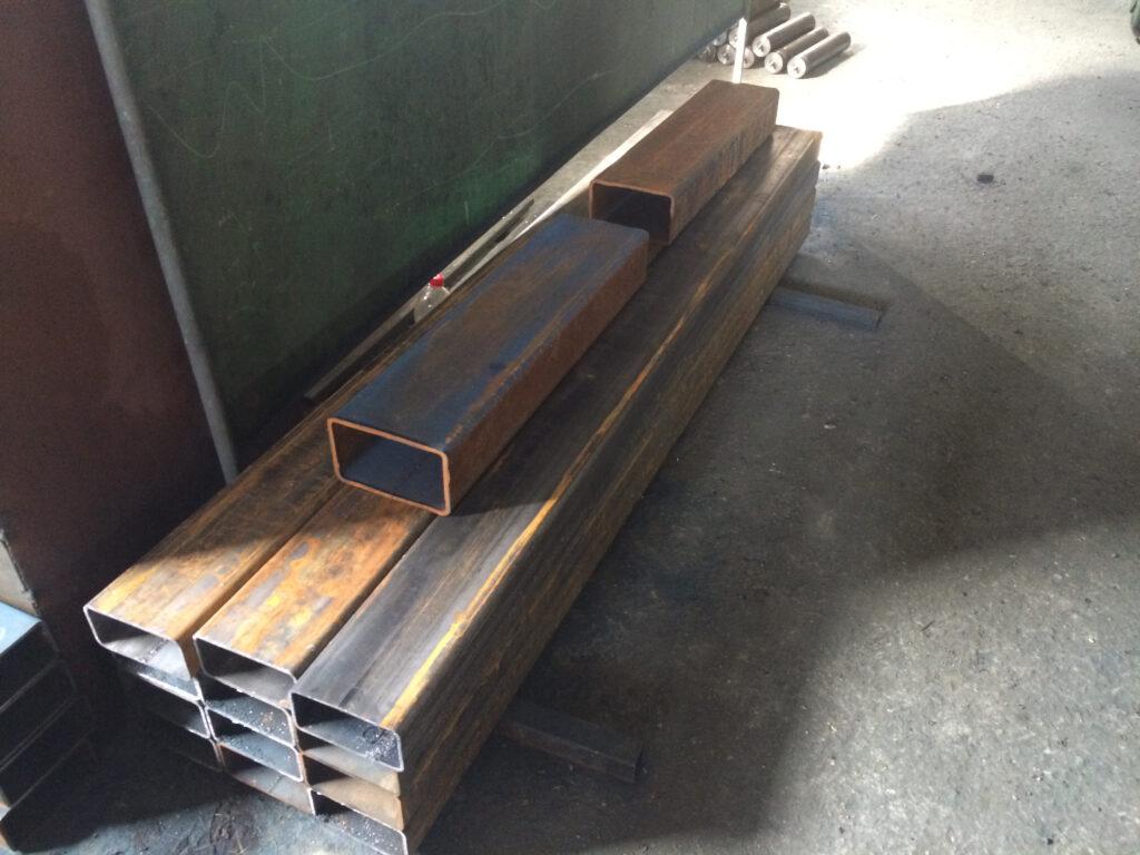 Стрелы для ножничного механизма в цеху. Подготовлены для покраски и сборки.